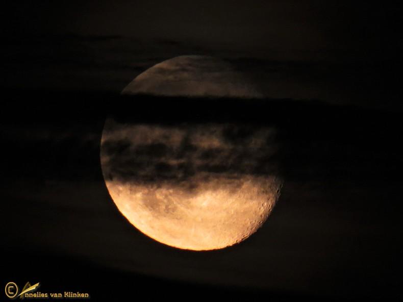 Volle maan met sluiers